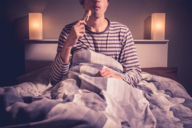 Bestimmte Lebensmittel können einen negativen Einfluss auf deinen Schlaf haben