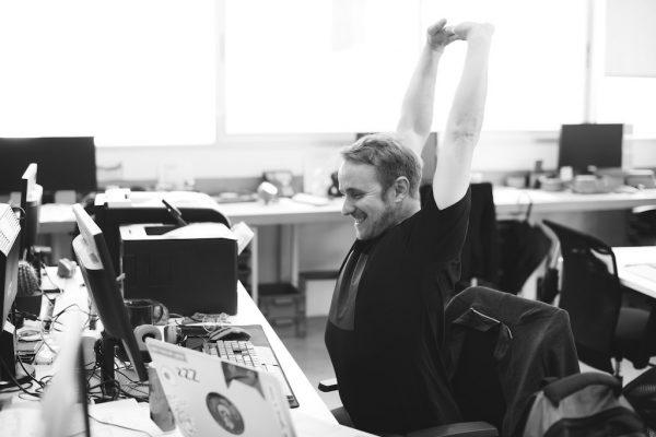 Ein Mann gönnt sich eine Pause und reckt sich mit den Händen in die Höhe